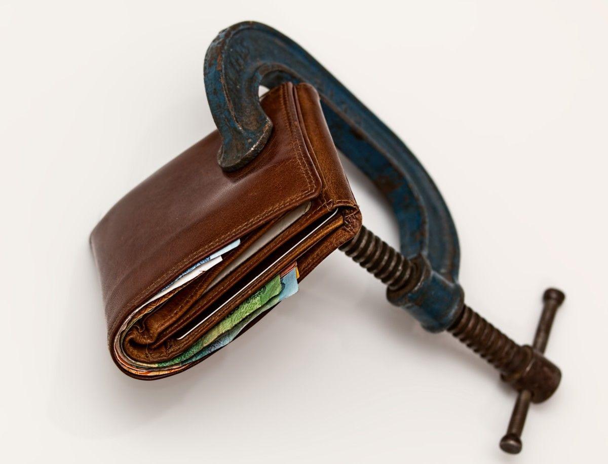 Tramas c-clamp-cash-close-up-46242 El presupuesto del ajuste: Impacto del presupuesto nacional en la provincia del Chaco  Revista Tramas